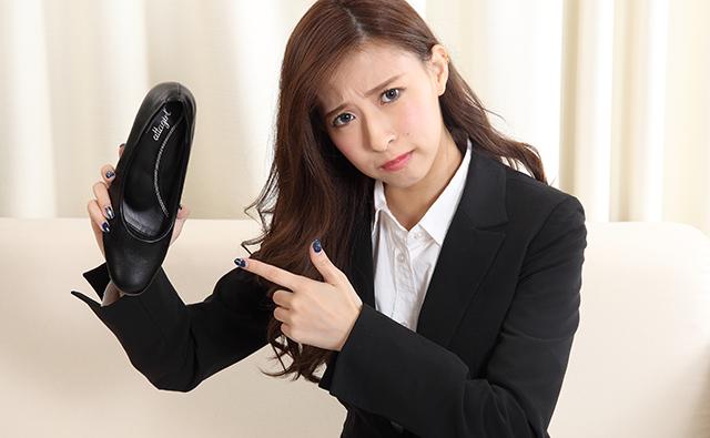 【脚・ひざ】靴のサイズが合わないビジネススーツの女性