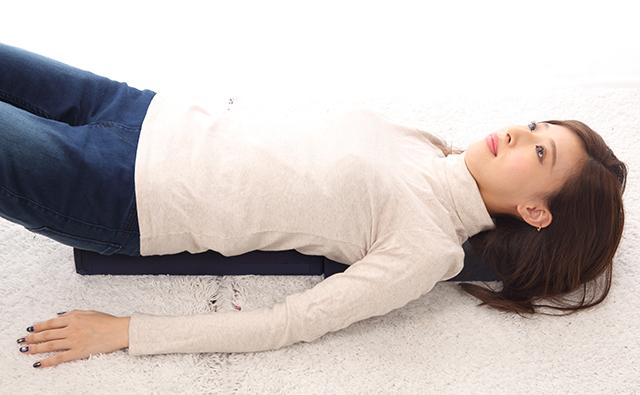 【生活】ストレッチポールを使う女性