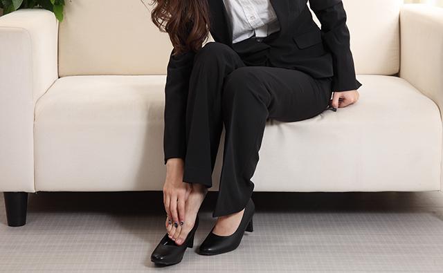 【脚・ひざ】パンプスで歩きすぎて外反母趾になったビジネススーツ女性