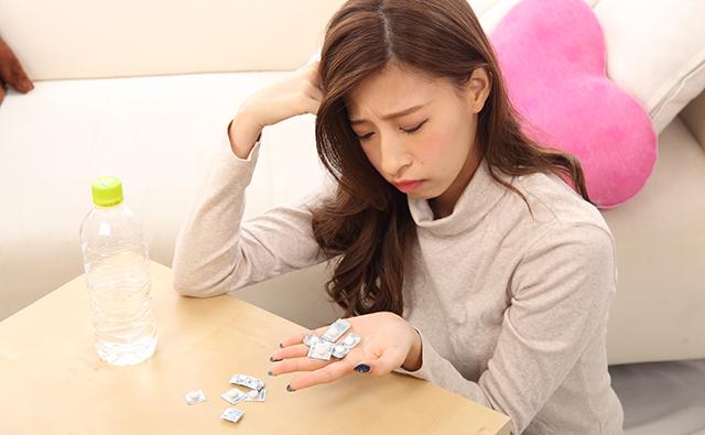 【頭痛】頭痛薬とにらめっこする女性
